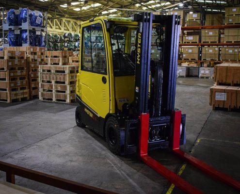 Električni viljuškar za skladištenje robe u kontejner